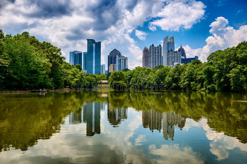 Orizzonte di Atlanta del centro dal parco di Piemonte fotografia stock libera da diritti