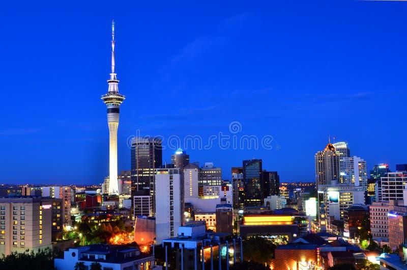 Orizzonte di Auckland Nuova Zelanda alla sera fotografia stock