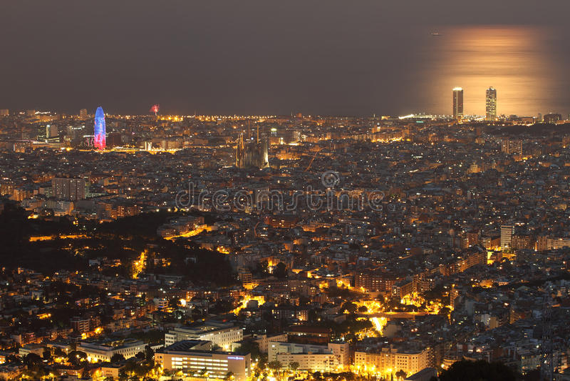 Orizzonte di Barcellona alla notte immagini stock libere da diritti