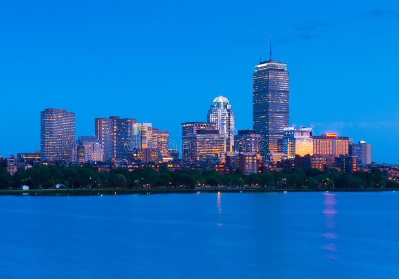 Orizzonte di Boston alla notte Costruzioni illuminate in baia posteriore, U.S.A. fotografia stock
