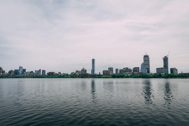 Orizzonte di Boston attraverso Charles River fotografia stock libera da diritti