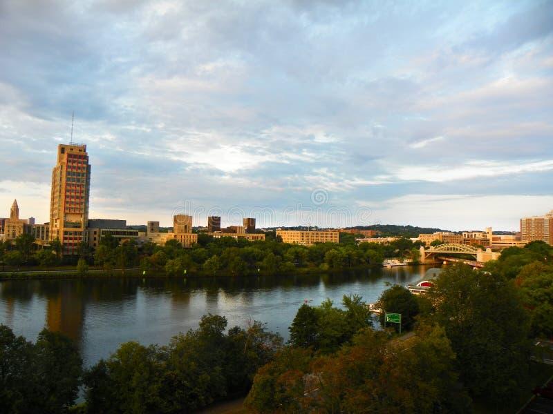 Orizzonte di Boston dietro il fiume Charles fotografia stock libera da diritti