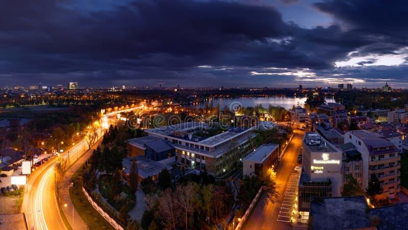 Orizzonte di Bucarest dopo il tramonto con la vista aerea immagini stock libere da diritti
