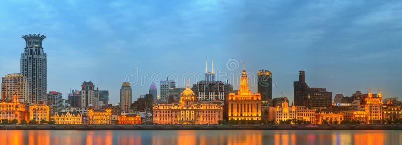 Orizzonte di Bund, costruzioni storiche meravigliose e del fiume Huangpu sul tramonto, Shanghai, Cina fotografia stock libera da diritti