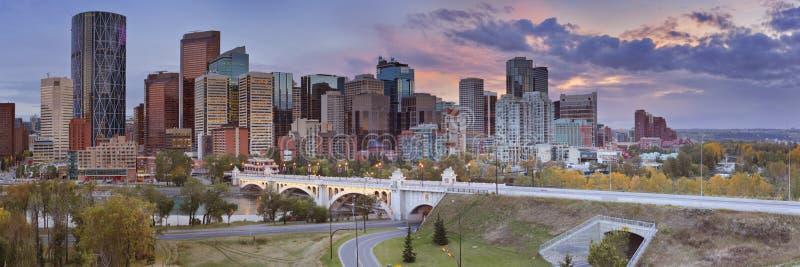 Orizzonte di Calgary, Alberta, Canada al tramonto fotografie stock libere da diritti