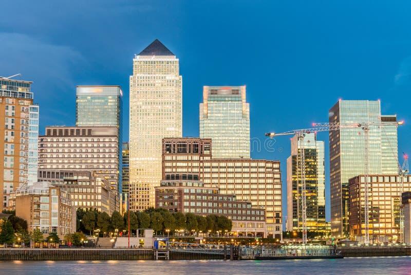 Orizzonte di Canary Wharf, riflessioni di tramonto di Londra fotografia stock libera da diritti