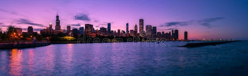 Orizzonte di Chicago alla notte fotografia stock