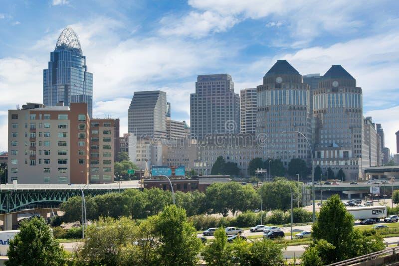 Orizzonte di Cincinnati, Ohio di estate sopra dal fiume Ohio fotografie stock libere da diritti