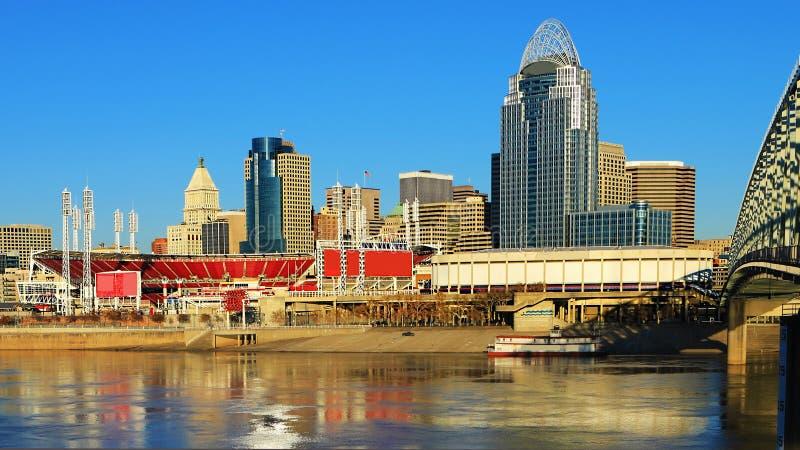 Orizzonte di Cincinnati di vista con il fiume Ohio fotografia stock libera da diritti