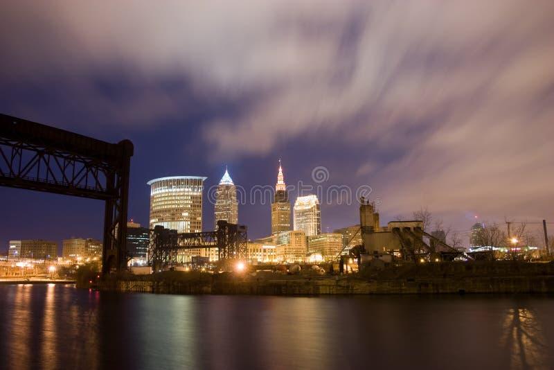 Orizzonte di Cleveland Ohio alla notte fotografia stock libera da diritti