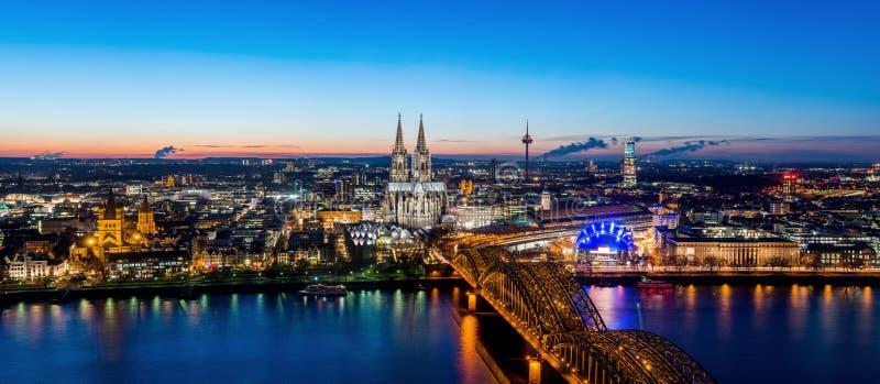 Orizzonte di Colonia con i DOM della cattedrale immagine stock