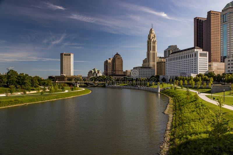 Orizzonte di Columbus, Ohio e vista di mattina del fiume di Scioto fotografia stock