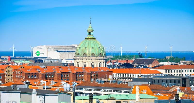 Orizzonte di Copenhaghen con una cupola della chiesa di Frederik, Danimarca immagini stock