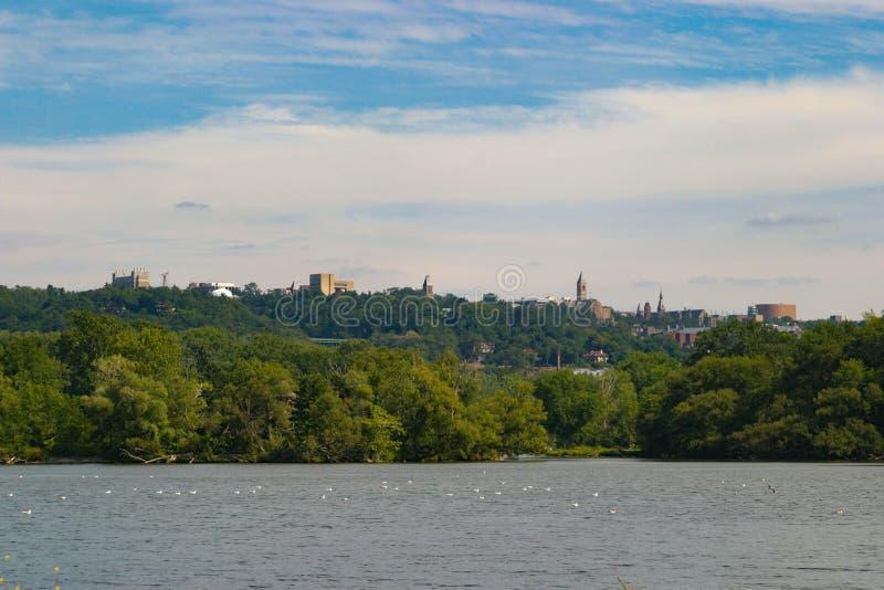 Orizzonte di Cornell University dall'entrata al lago cayuga fotografie stock