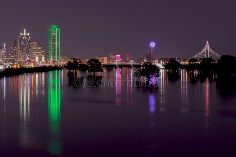 Orizzonte di Dallas, il Texas alla notte attraverso il fiume Trinity sommerso immagini stock libere da diritti