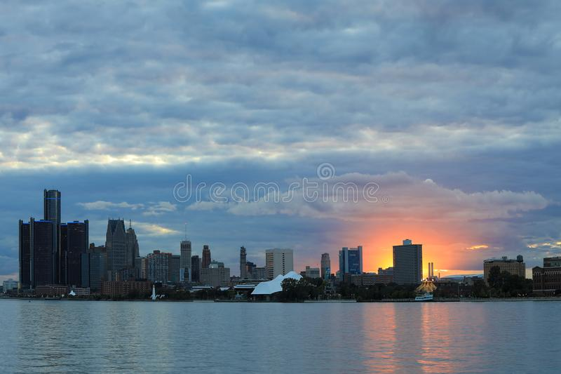Orizzonte di Detroit da Belle Isle al tramonto fotografie stock