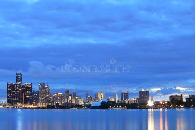 Orizzonte di Detroit da Belle Isle alla notte immagini stock