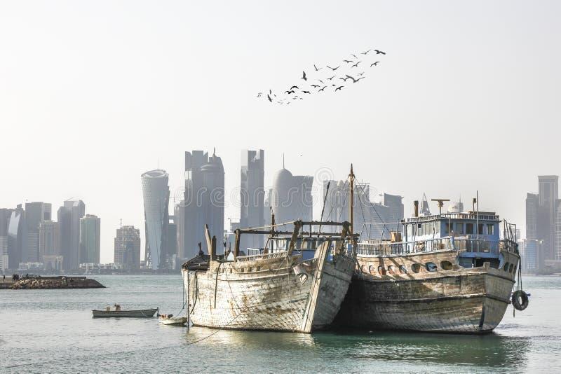 Orizzonte di Doha con i dhows arabi tradizionali immagini stock libere da diritti