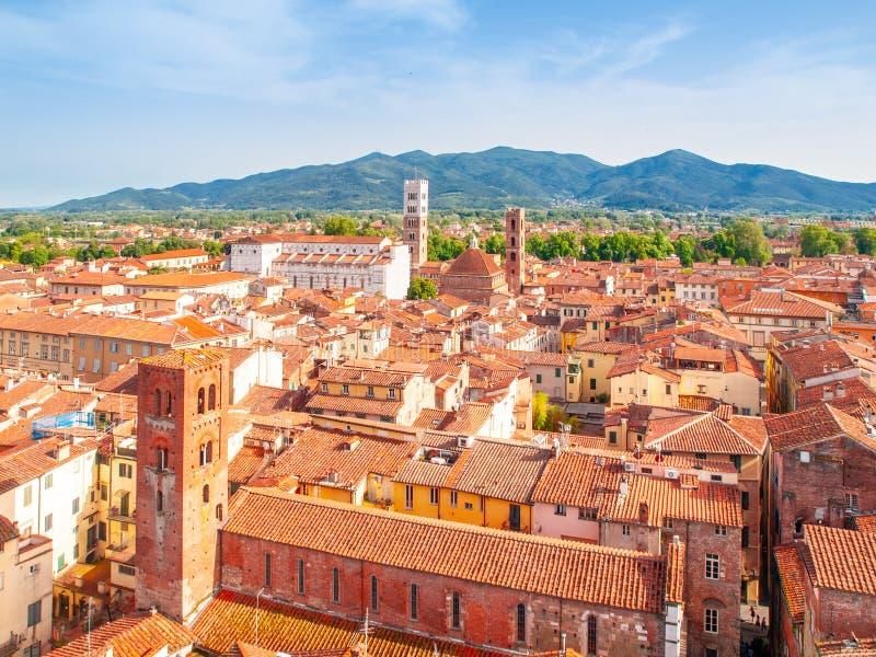 Orizzonte di estate di Lucca con la st Martin Cathedral e campanili, Toscana, Italia immagini stock