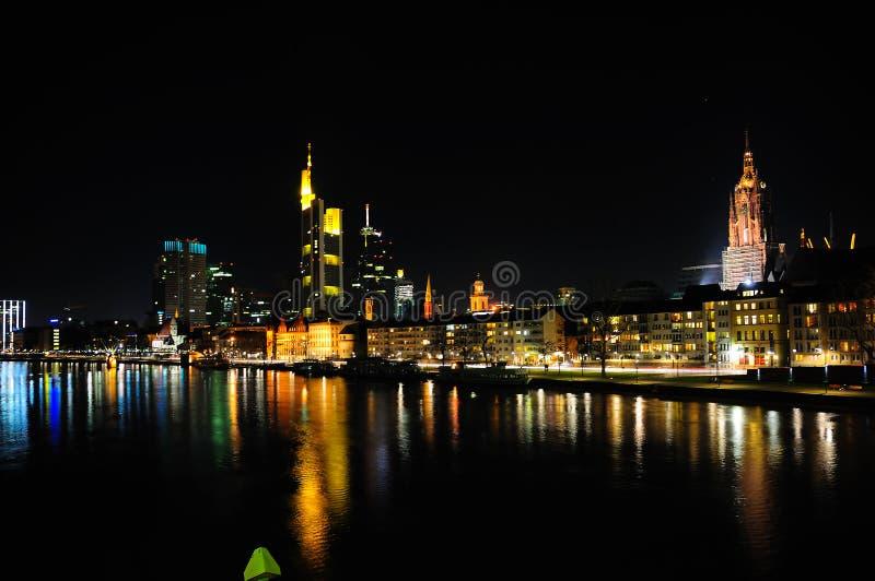 Orizzonte di Francoforte alla notte immagini stock