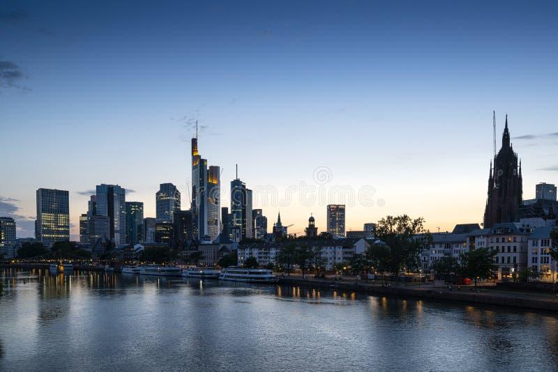 Orizzonte di Francoforte alla notte fotografia stock libera da diritti