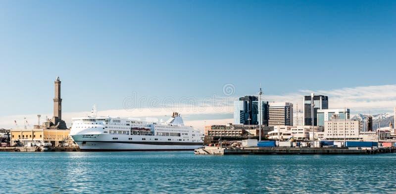 Orizzonte di Genova dal porto fotografia stock