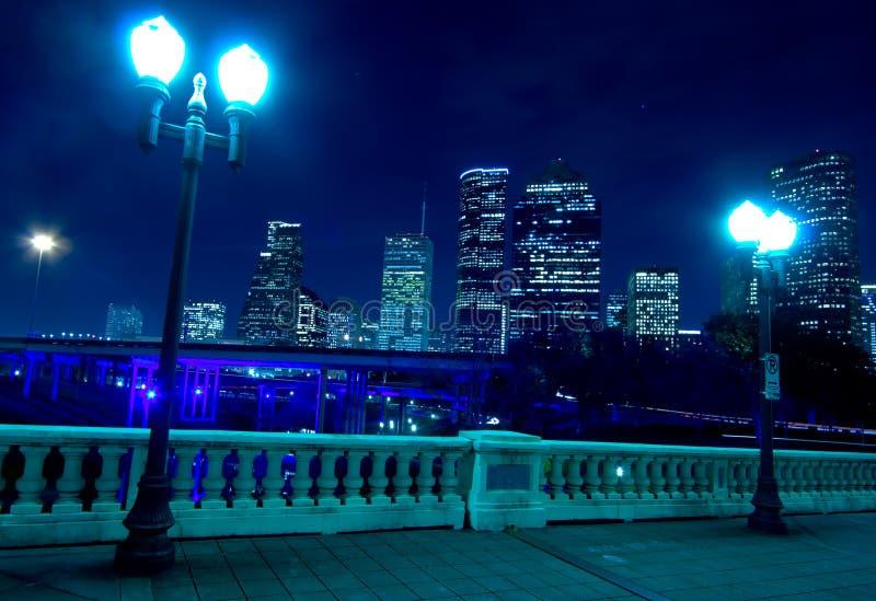Orizzonte di Houston alla notte con il ponticello in priorità alta fotografia stock libera da diritti