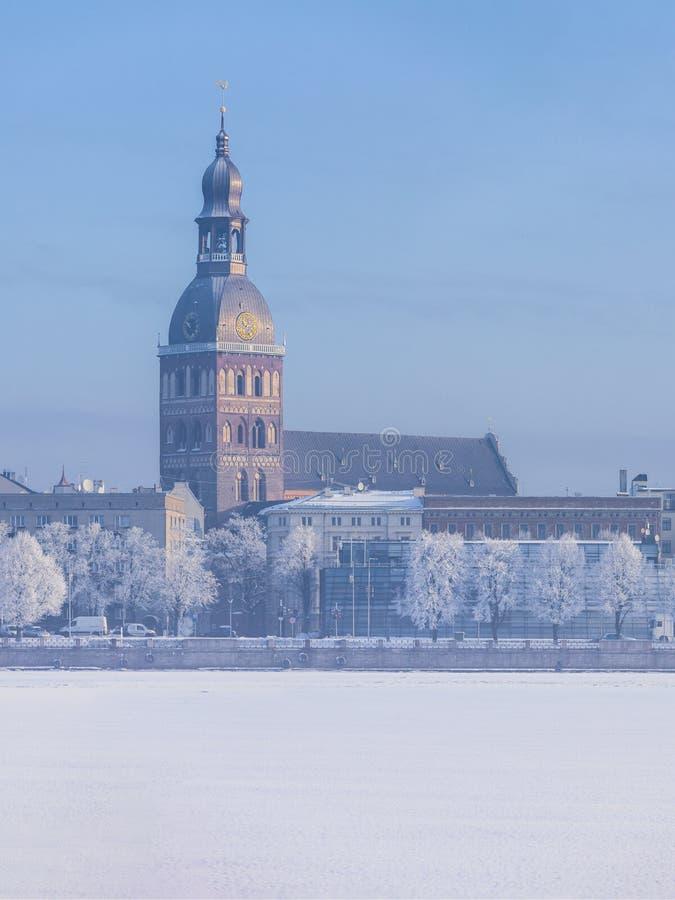Orizzonte di inverno città lettone di Riga della capitale di vecchia fotografia stock libera da diritti