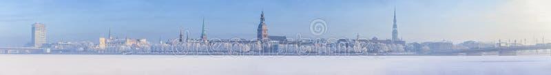Orizzonte di inverno città lettone di Riga della capitale di vecchia fotografie stock