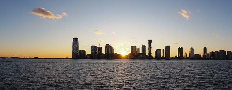 Orizzonte di Jersey City durante il tramonto come visto da Manhattan, New York immagini stock