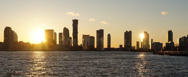 Orizzonte di Jersey City durante il tramonto come visto da Manhattan, New York immagine stock