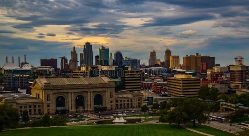 Orizzonte di Kansas City al tramonto con le nuvole fotografia stock libera da diritti