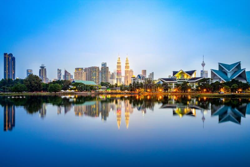 Orizzonte di Kuala Lumpur dal lago al crepuscolo immagini stock libere da diritti