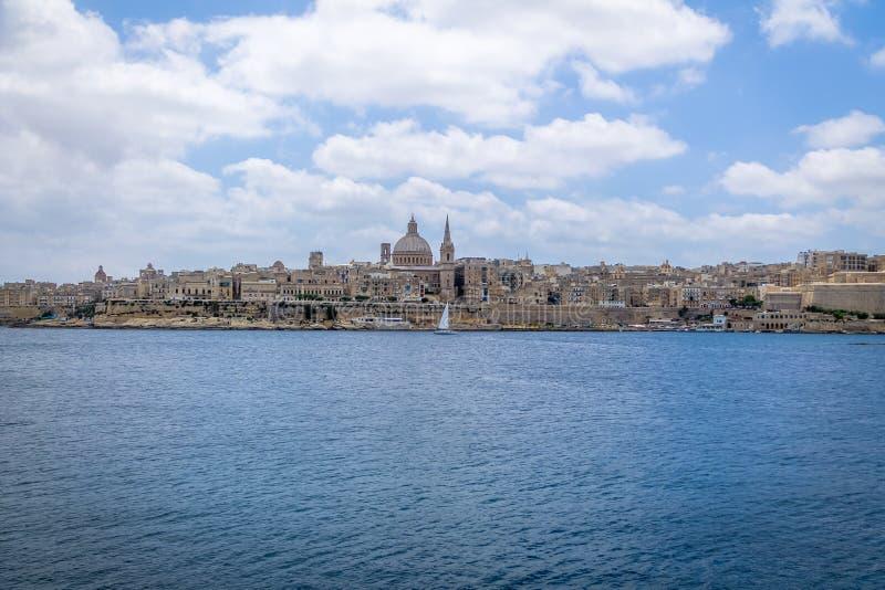 Orizzonte di La Valletta da Sliema con la basilica della nostra signora del monte Carmelo - La Valletta, Malta fotografia stock
