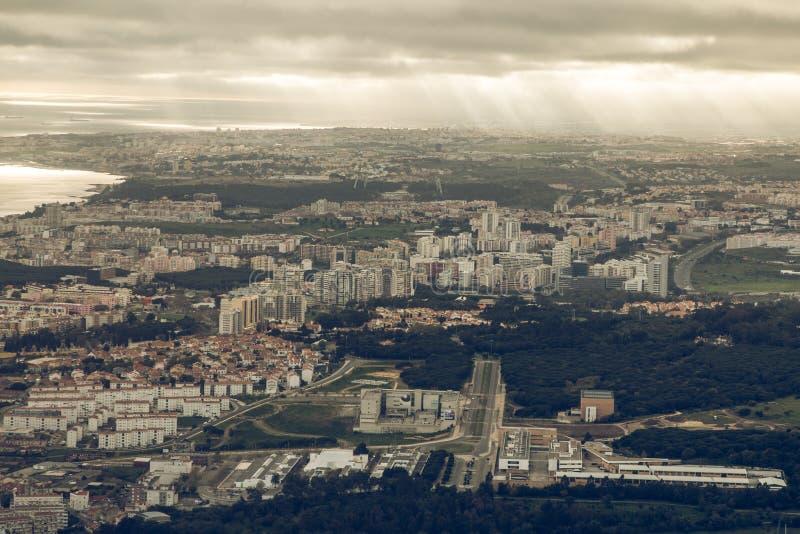 Orizzonte di Lisbona con le nuvole fotografie stock