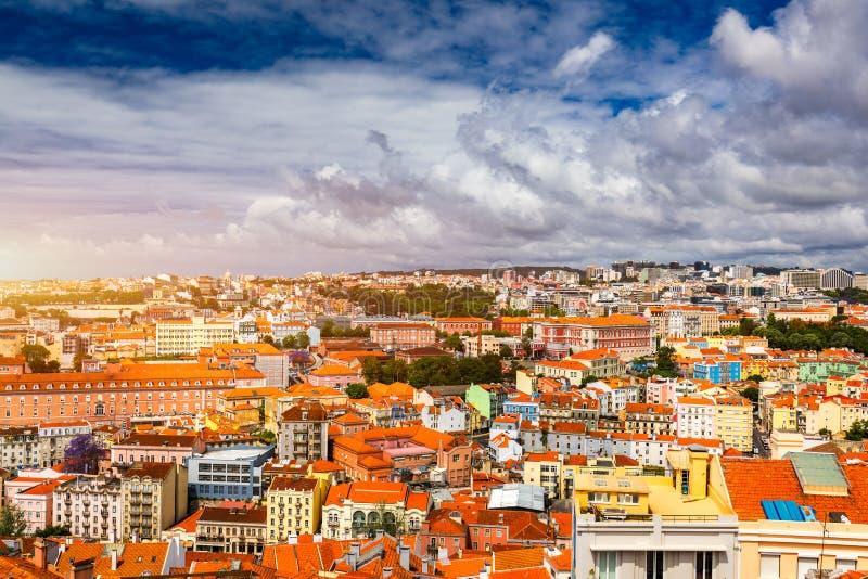 Orizzonte di Lisbona, Portogallo con sao Jorge Castle Vista aerea panoramica di Lisbona, Portogallo Vista di panorama di vecchia  fotografia stock
