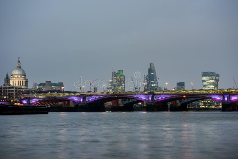 Orizzonte di Londra al tramonto dal Tamigi fotografia stock libera da diritti