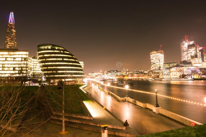 Orizzonte di Londra alla notte sopra la bietola ed il Tamigi fotografia stock
