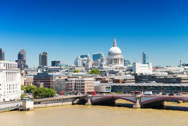 Download Orizzonte Di Londra Con La St Paul Cathedral Immagine Stock - Immagine di distretto, cityscape: 56891823