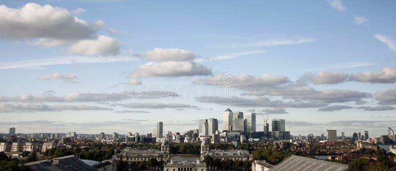 Orizzonte di Londra, molo color giallo canarino fotografia stock libera da diritti