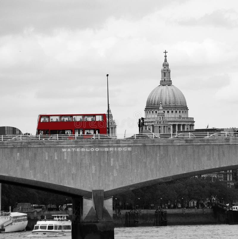 Orizzonte di Londra visto da Victoria Embankment fotografie stock