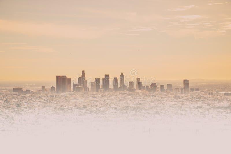 Orizzonte di Los Angeles con i suoi skyscrappers da Hollywood Hil immagini stock