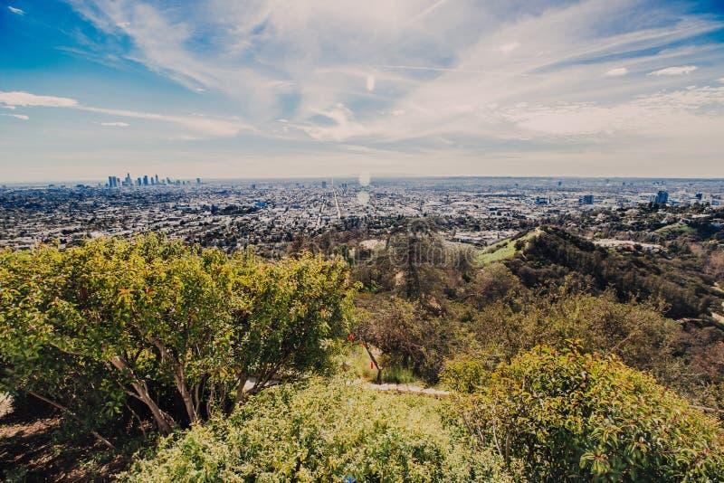 Orizzonte di Los Angeles con i suoi skyscrappers da Hollywood Hil fotografia stock libera da diritti