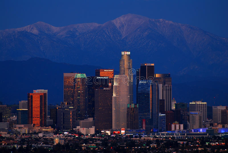 Orizzonte di Los Angeles ed il San Gabriel Mountains, crepuscolo fotografia stock libera da diritti