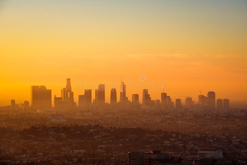 Orizzonte di Los Angeles osservato dall'osservatorio di Griffith ad alba fotografia stock
