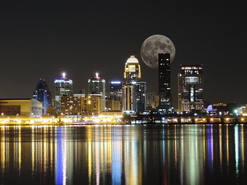 Orizzonte di Louisville con la luna fotografia stock libera da diritti