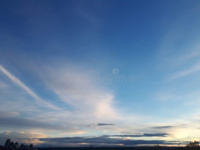 Orizzonte di luce del giorno di viste del sole della luce di cielo della città bello fotografia stock libera da diritti