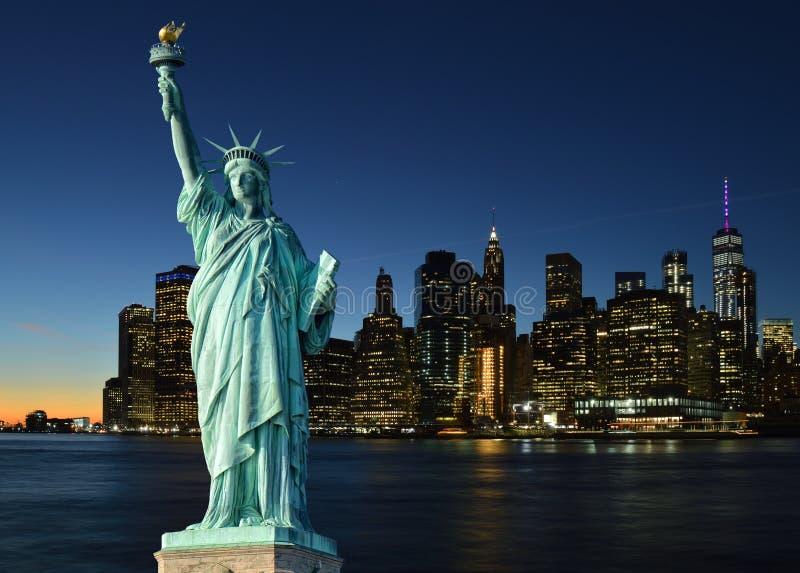 Orizzonte di Manhattah e della statua della libertà immagini stock libere da diritti