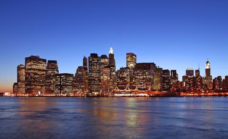 Orizzonte di Manhattan al crepuscolo fotografie stock libere da diritti