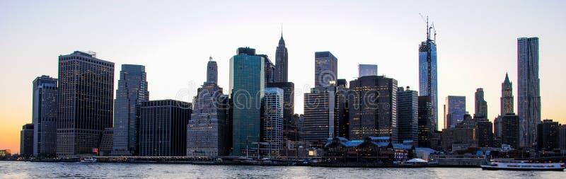 Orizzonte di Manhattan al tramonto, chiuso alla notte Vista piacevole da Brooklyn immagine stock